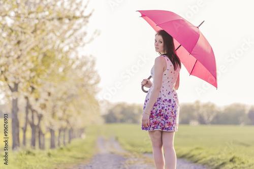 Hubsche Junge Frau Mit Schirm In Pink Allein Im Fruhling Oder Sommer