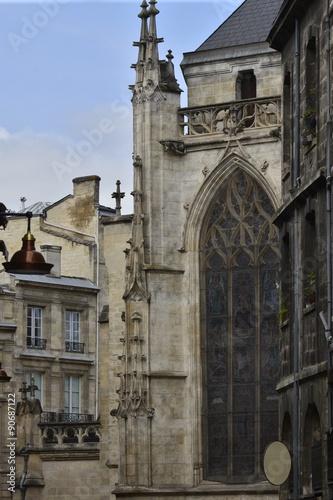 Architecture archaïque autour d'une église gothique à Bordeaux