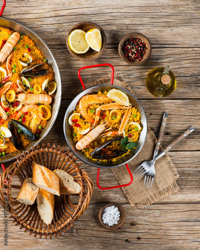 Photo  Spanish paella with mussels