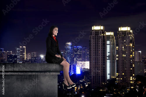Poster Chicago Asian business woman sit on the building rooftop