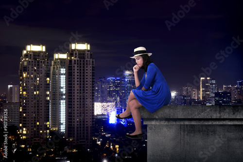Poster Chicago Asian tourist woman sitting on the building rooftop