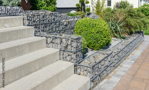 Photo sur Aluminium Taupe Gabionen im Garten