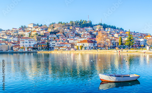 Fotografija historical part of unesco listed town ohrid is located next to the ohrid lake and spread all over the hill with fortress of tzar samuel at the top