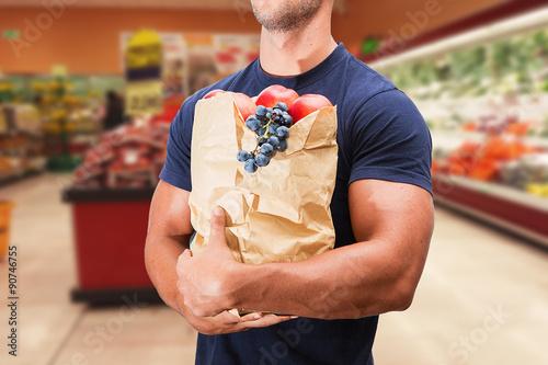 Valokuva  uomo fa la spesa in un supermercato con sconti