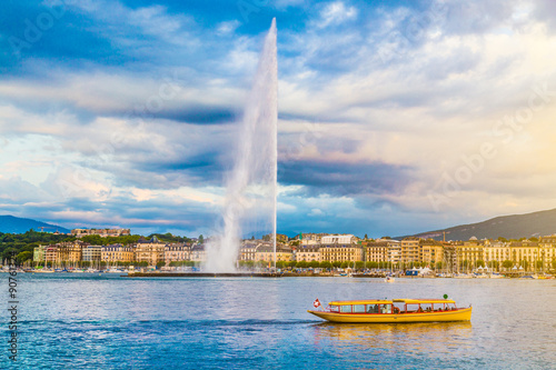 Leinwand Poster City of Geneva with famous Jet d'Eau fountain at sunset, Switzerland