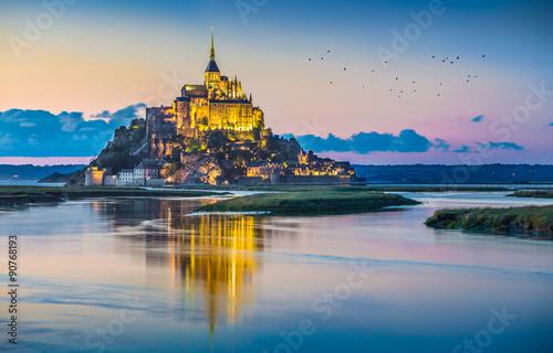 Fotomural Mont Saint-Michel in twilight at dusk, Normandy, France