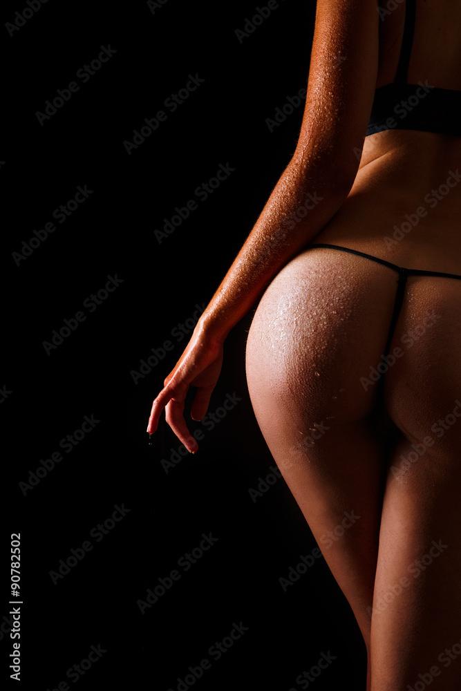 Fotografia  Sexy wet butt girls in underwear over black background