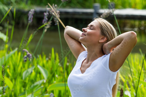 Fotografia  relaxation outside - smiling young woman daydreaming,enjoying sun and vacation w
