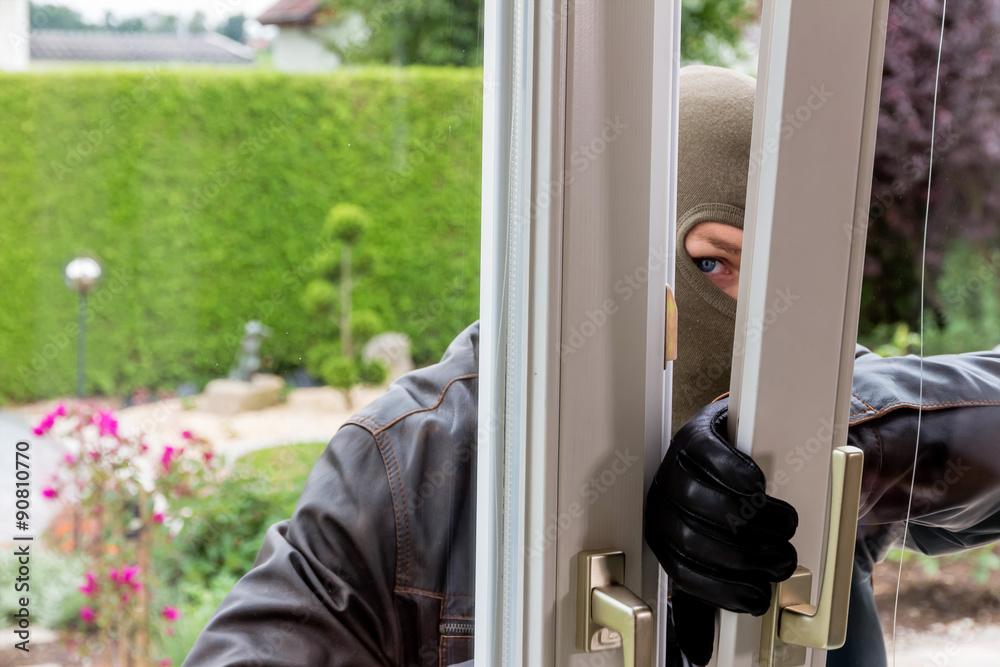 Fototapeta Einbrecher an einem Fenster