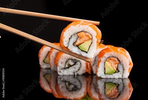 maki-sushi-serwowane-na-czarnym-tle