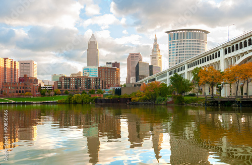 Valokuva Cleveland Ohio as seen from the west bank of the Cuyahoga River