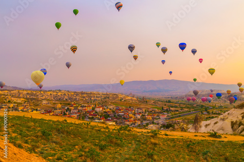 Photo Hot air balloon flying in Cappadocia, Turkey
