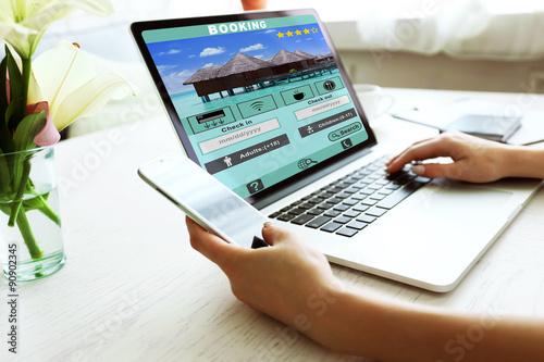 Fotografía  Woman using laptop to book hotel online