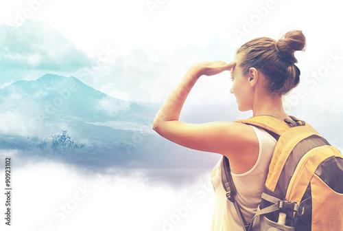Fotografía  Woman traveler looking at Batur volcano. Indonesia