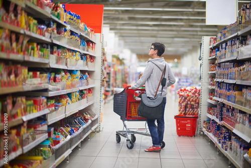 Fotografía  Mujer en supermercado