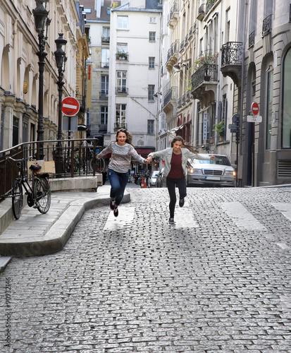 Photo  Happy beautiful student girls in Paris
