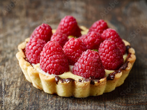 La pose en embrasure Dessert tart with raspberries