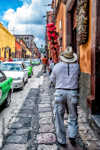 Foto op Aluminium Mexico Street scene with candy apple seller in San Miguel de Allende, Mexico