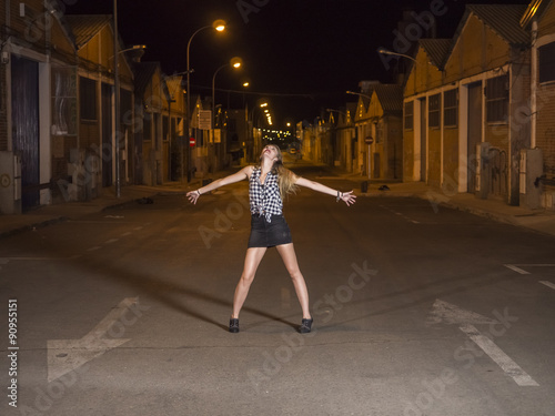 Photo  mujer modelo profesional rubia joven en carrera de coches nocturna, blanco y neg
