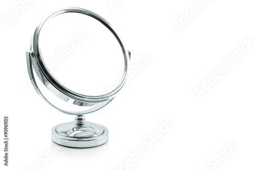 Fotografía  Espejo de plata aislado en blanco.
