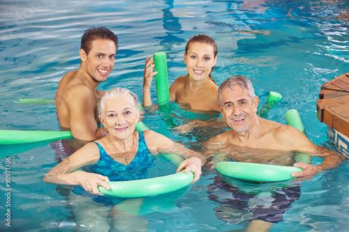 Fotografie, Obraz  Familie macht Aquafitness im Schwimmbad