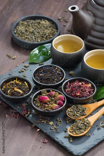 asortyment-pachnacych-suszonych-herbat-i-zielonej-herbaty-na-drewnianym-stole-oraz-kamiennej-tacy