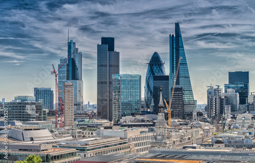 La pose en embrasure London London City. Modern skyline of business district