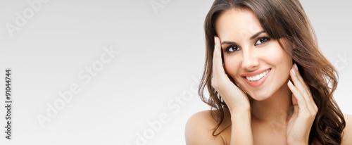 Fototapeta premium Portret pięknej kobiety, na szaro