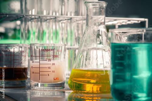 Fotografia  Laboratory glassware containing chemical liquid