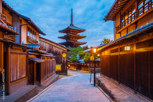 Photo sur Aluminium Kyoto Japanese pagoda and old house in Kyoto at twilight