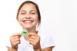 Kolorowy aparat ortodontyczny.Uśmiechnięta dziewczynka z kolorowym aparatem ortodontycznym