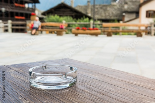 Photo Empty glass ashtray on a wooden table