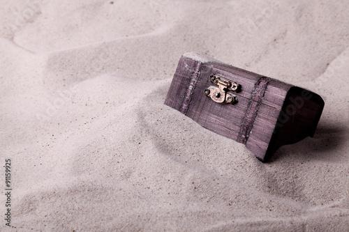 Fotografía  Cofre del tesoro enterrado en la arena