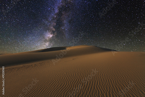 Foto auf AluDibond Wuste Sandig Amazing views of the Gobi desert under the night starry sky.