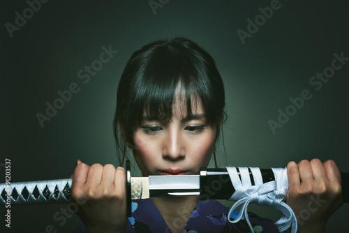 Foto  Beautiful japanese woman with samurai sword