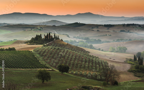 opuszczone-miejsce-w-pieknym-miejscu-gdzies-w-toskanii-ital