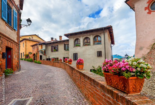 Photo Narrow street in town of Barolo.