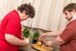 Geistig behinderte Frau und Betreuer kochen gemeinsam