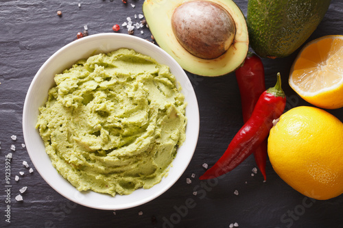 Fotografía  guacamole sauce with ingredients close-up. horizontal top view