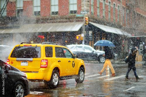 Foto op Plexiglas New York TAXI Winter snowfall in New York