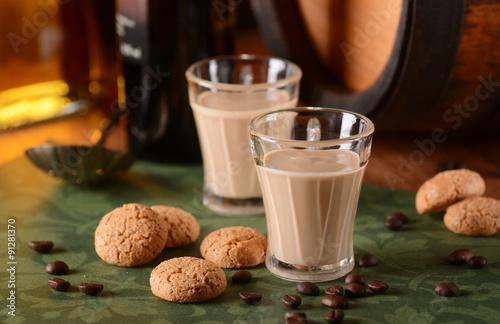 Fotografie, Obraz  liquore al caffè italiano con amaretti intorno