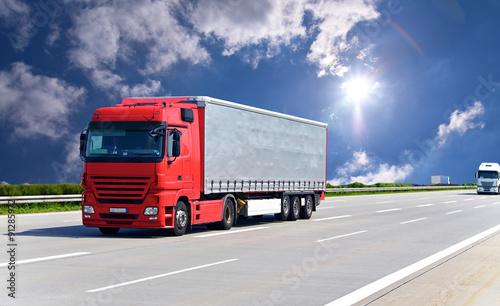 fototapeta na lodówkę LKW transportiert Waren auf der Autobahn // truck on highway