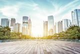 nowoczesny plac i wieżowce pod promieniami słońca