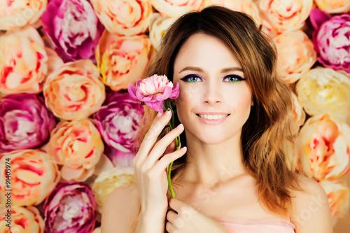 Plakat Uśmiechnięta dziewczyna z kwiatem na okwitnięcia tle. Woman Fashion Mo