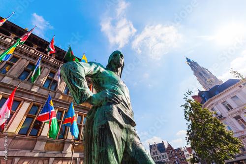 Foto op Plexiglas Antwerpen Bronzestatue vor historischem Rathaus in Antwerpen, Belgien