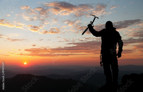 Poster Alpinisme view of man on mountains with ice axe in hand
