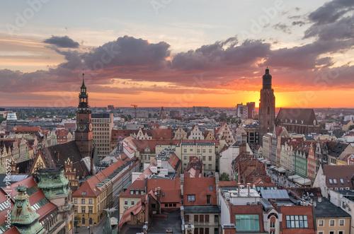 Obraz Stare miasto Wrocław z wieży kościoła przy zachódzie słońca - fototapety do salonu