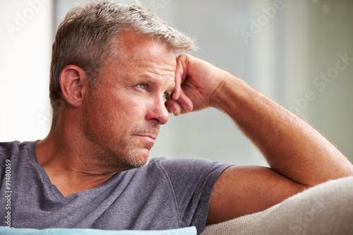 Fotografie, Obraz  Starší muž trpí depresí doma