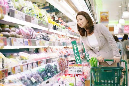 Fotografía  スーパーで買い物をする女性