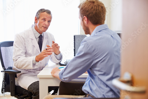 Fotografia  Male Patient Having Consultation With Doctor In Office